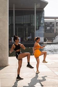 Full shot vrouwen die samen trainen