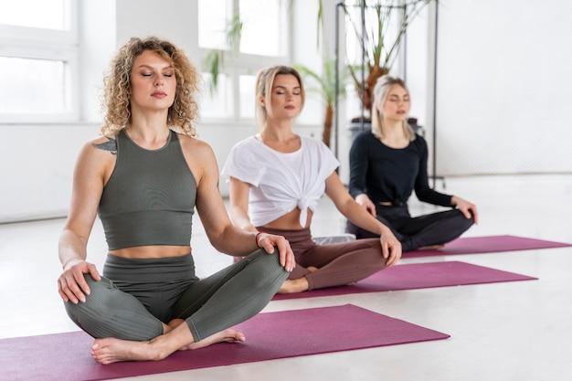 Full shot vrouwen mediteren