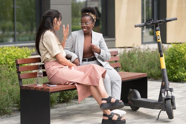 Full shot vrouwen op de bank aan het chatten