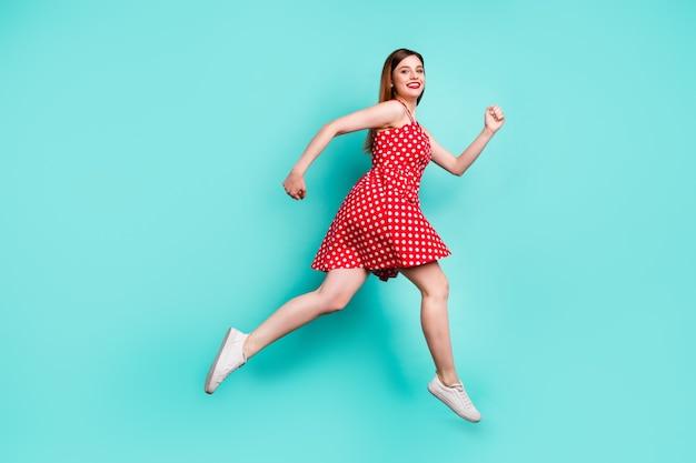 Full size profiel kant positief meisje jump run zomerseizoen weekend