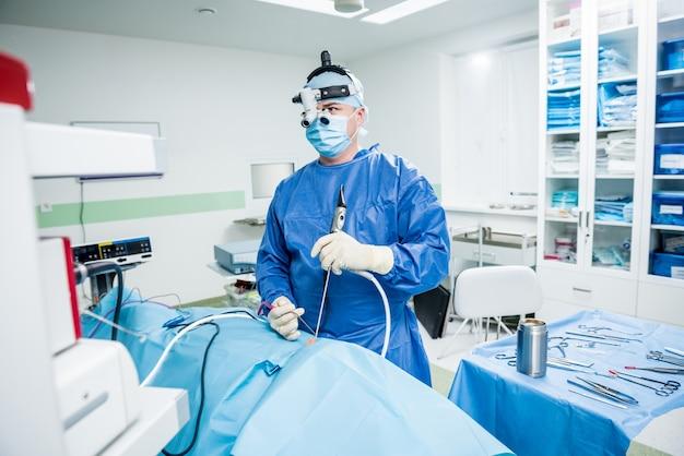 Functionele rhinosurgery om de neusademhaling te herstellen met de coblatietechnologiemethode.