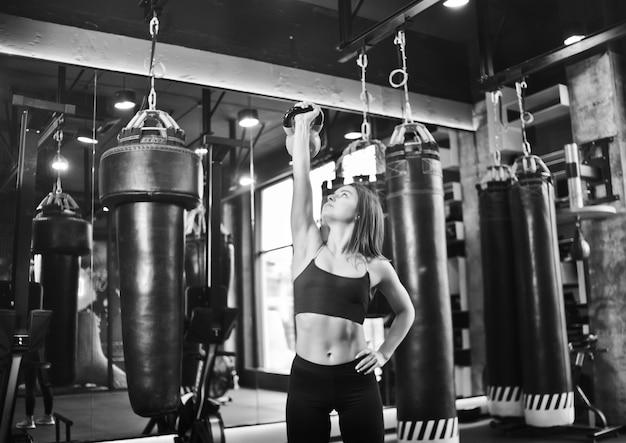 Functionele training. fitness vrouw doen oefenen met kettlebell.