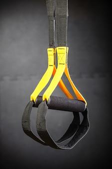 Functionele trainingsapparatuur die voor donker hangt