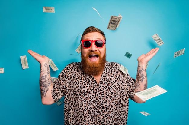 Funky opgewonden man viert de overwinning van de loterij jackpot