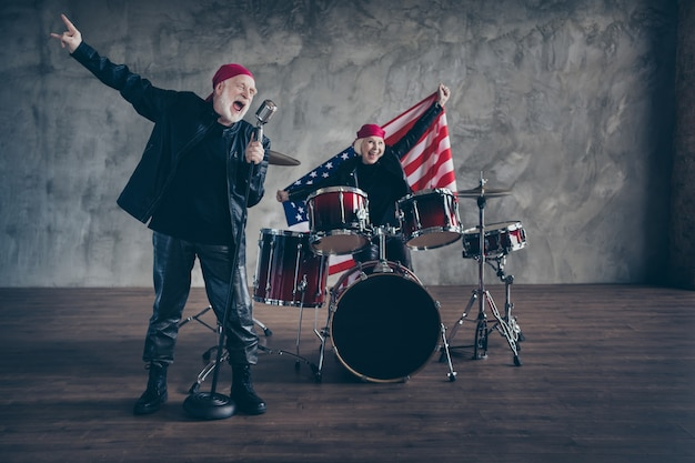 Funky oud stel muziekuitvoering rockband zing retro hit