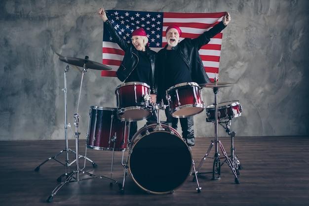 Funky oud stel muziekuitvoering rockband zing retro hit Premium Foto