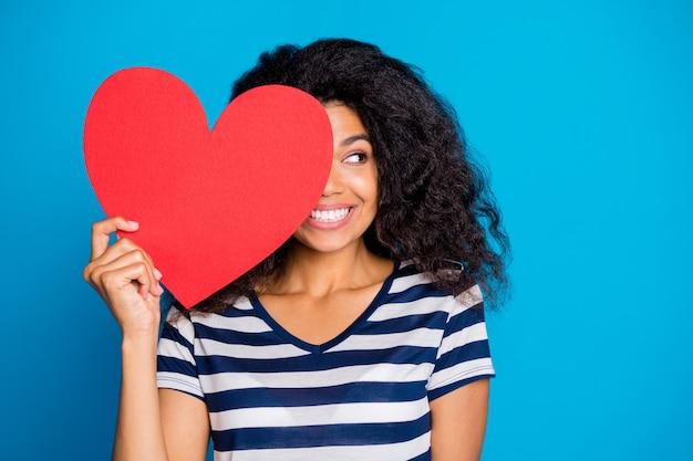 Funky vrouw houdt grote rode papieren kaart hart dicht gezicht