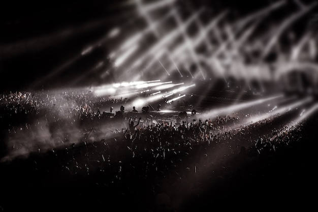 Funs, mensen, menigte op concertfeest, disco lichte achtergrond