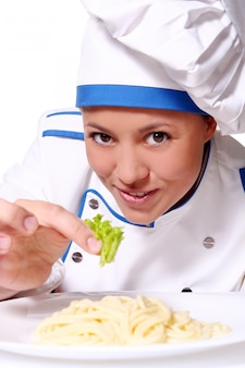 Funy chef-kok die verse deegwaren eet
