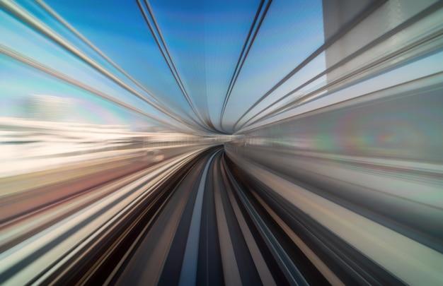 Furistische scène bewegingsonscherpte beweging uit tokio japan trein van yurikamome lijn verplaatsen