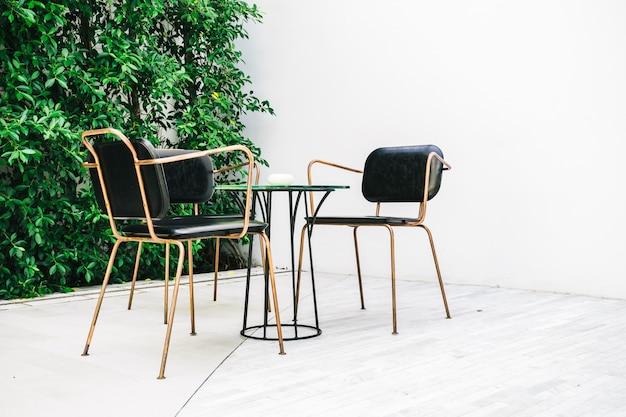 Furnitures met lege stoel en tafel