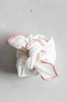 Furoshiki - aziatische techniek van het inpakken van bindartikelen voor cadeau, gemakkelijk dragen.