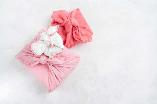 Furoshiki - aziatische techniek van in stof gewikkelde geschenken. het linnen doek wordt traditioneel geknoopt om geschenken te vervoeren.