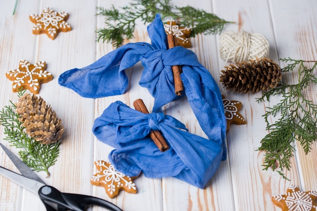 Furoshiki-verpakking van kerstmis. etnisch kerstcadeau. geen afvalconcept