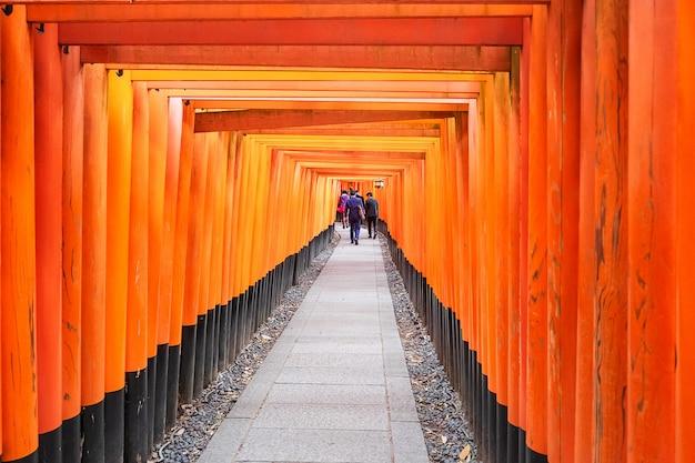 Fushimi inari-taisha-schrijn, meer dan 5000 levendige oranje toriipoorten. het is een van de meest populaire heiligdommen in japan. landmark en populair voor toeristische attracties in kyoto. kansai, japan