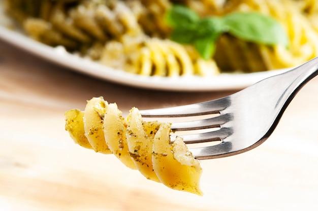 Fusilli italiaanse pasta met basilicum genovese pesto