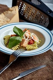 Fusilli pasta met gebakken zalm en spinazie
