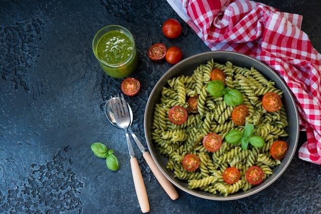 Fusilli pasta met groene pestosaus