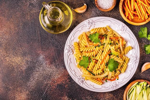 Fusilli-pasta met inktvis, courgette en wortelen