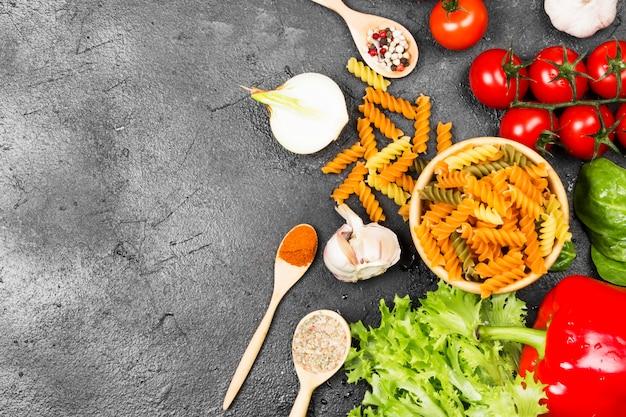 Fusilli-pasta met spinazie en tomaten
