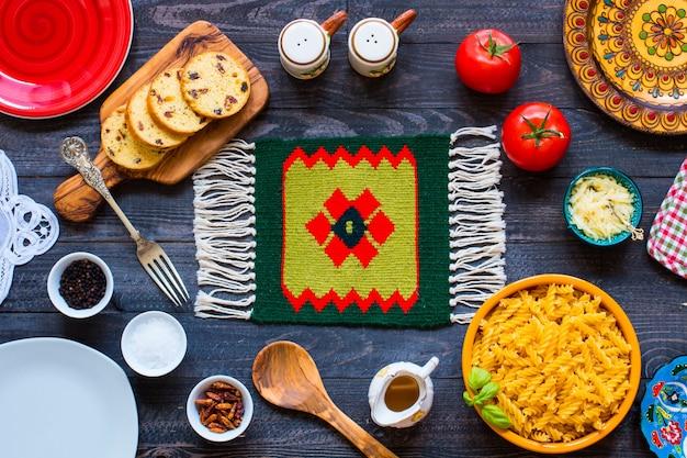 Fusilli pasta met tomatensaus, tomaten, ui, knoflook, gedroogde paprika, olijven, peper en olijfolie