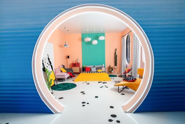 Futuristisch interieur met ronde boog, ovale ramen en kleurrijke geometrische elementen.