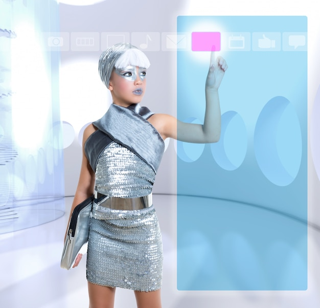 Futuristisch kinderenmeisje in zilveren aanrakingsvinger copyspace