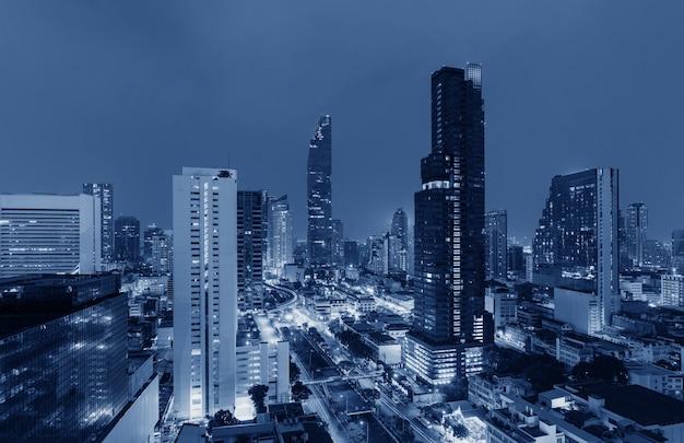 Futuristische blauwe stadsgezicht 's nachts