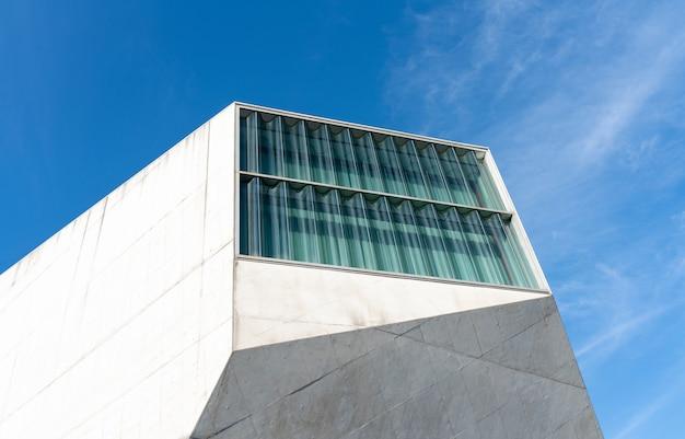 Futuristische bouw van casa da musica in porto.