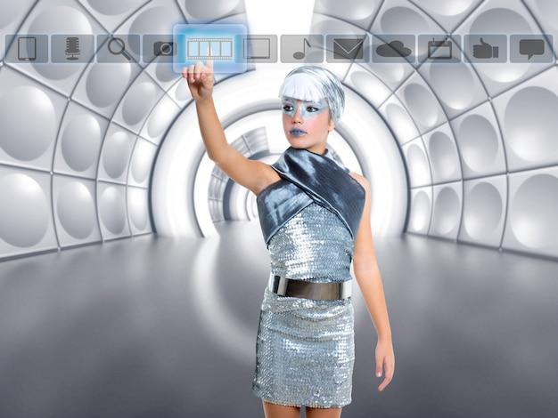 Futuristische jongen meisje in zilver aanraken vinger pictogrammen