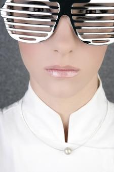 Futuristische moderne zakenvrouw stalen bril