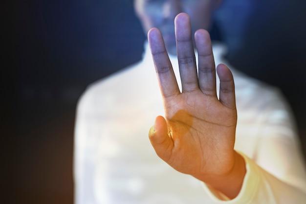 Futuristische presentatie door een onderneemster in wit overhemd