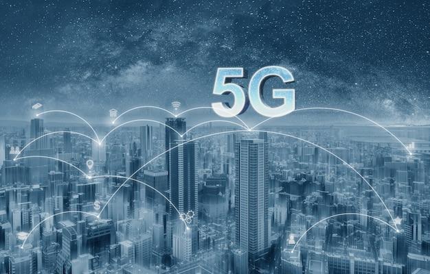 Futuristische stad met 5g-internet en toepassingspictogrammen, slimme stad