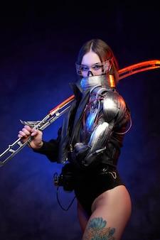 Futuristische vrouwelijke vechter met gloeiend zwaard en naakt getatoeëerde benen op donkerblauwe achtergrond. aantrekkelijke militaire vrouw kijkt naar de camera die haar gezicht achter de kraag verbergt.