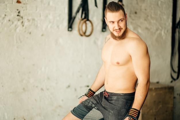 Fysiek fit man poseren in een health club