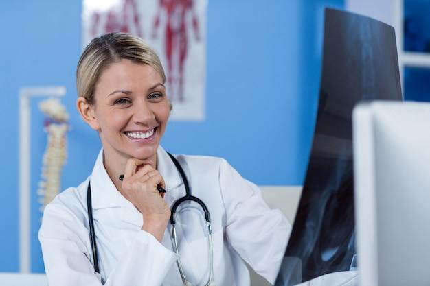 Fysiotherapeut die een röntgenstraal houdt
