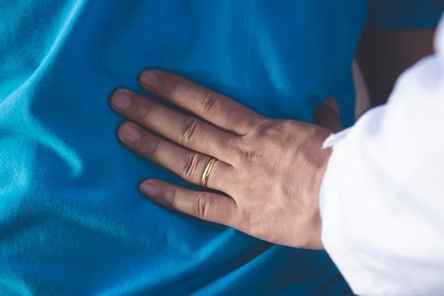 Fysiotherapeut die met patiënt in kliniek, close-up werken