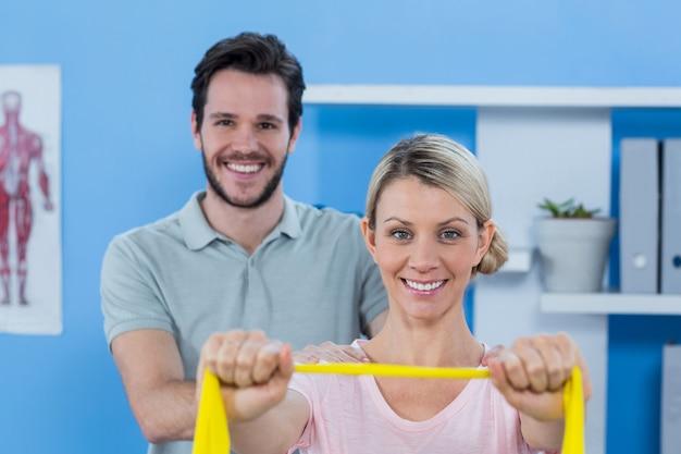 Fysiotherapeut die schoudermassage geven aan patiënt