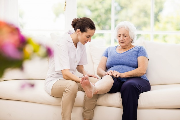 Fysiotherapeut die thuis voor zieke bejaarde patiënt zorgen