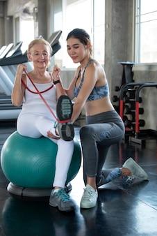 Fysiotherapeut helpt oude senior vrouw in fysiek centrum. ouderen gezondheid levensstijl concept.