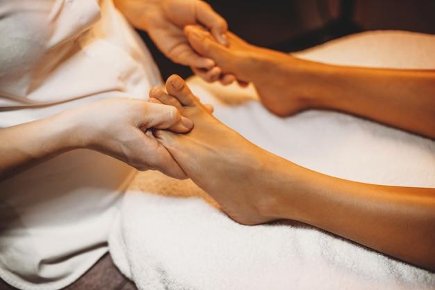 Fysiotherapeut masseert de benen van de patiënt