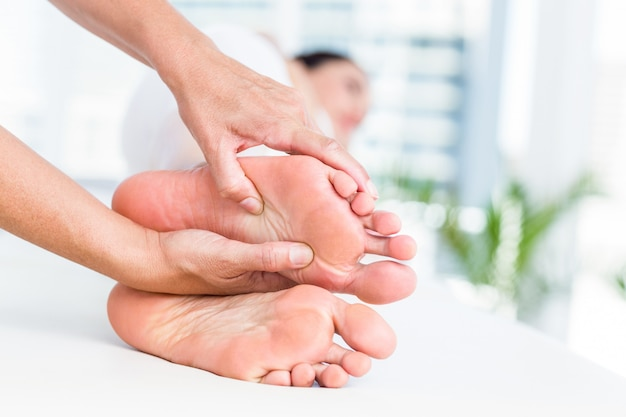 Fysiotherapeut masseert haar patiënten voet