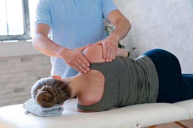 Fysiotherapeut masseert patiënt close-up