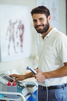 Fysiotherapeut met behulp van therapeutische echografie