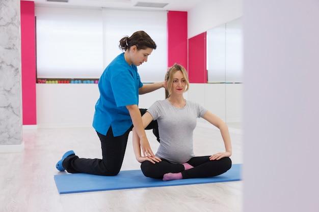 Fysiotherapeut oefeningen voor zwangere vrouw