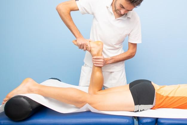 Fysiotherapie beoefent tibio-tarsale mobilisatie