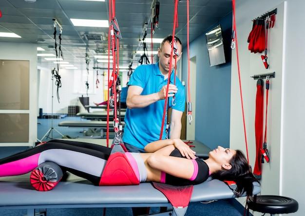 Fysiotherapie. oefentraining therapie. jonge vrouw die geschiktheidstherapie doet