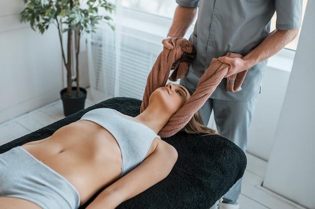 Fysiotherapie sessie met vrouw