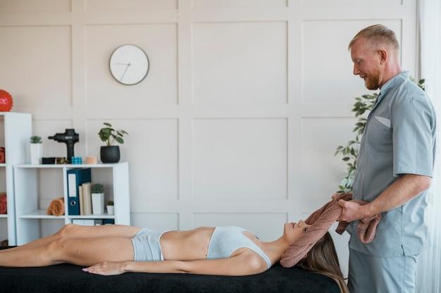 Fysiotherapiesessie met mannelijke arts en vrouw