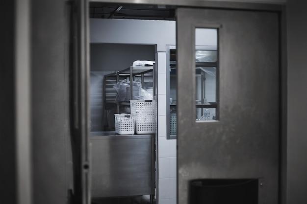 Ga naar de keukenkamer in het hotel met ijzeren hek